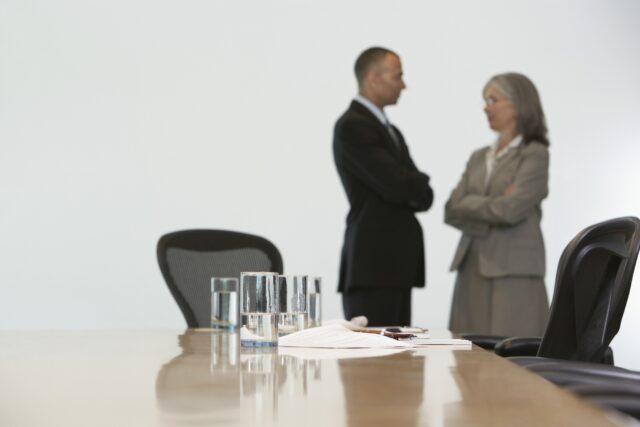 Forretningspar fører en samtale