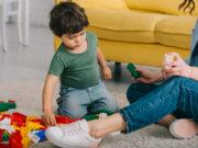 Barn leger med legeklodser
